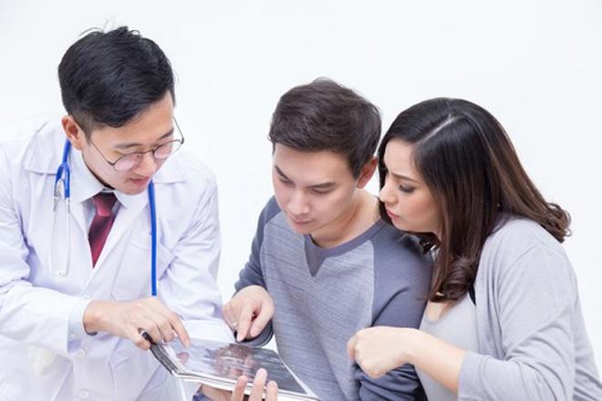 Vợ chồng gặp bác sỹ