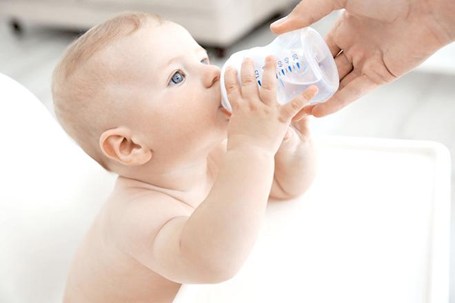 Cho trẻ sơ sinh uống nước khi con trên 6 tháng tuổi