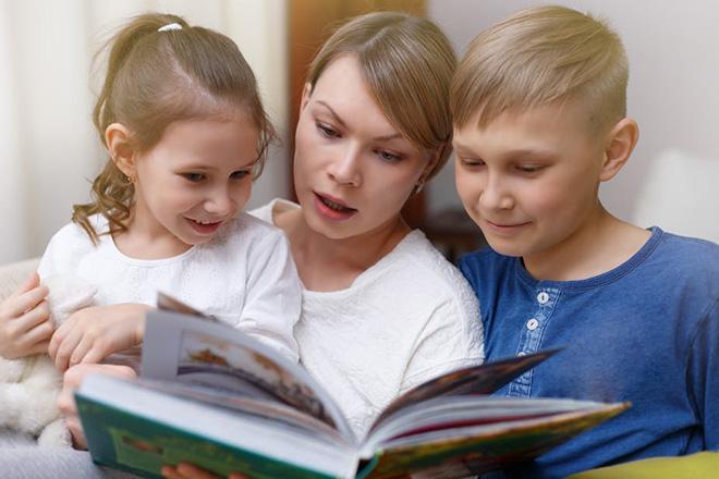 Trẻ cùng mẹ đọc sách