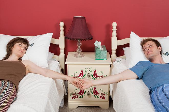 Vợ chồng nằm 2 giường khác nhau