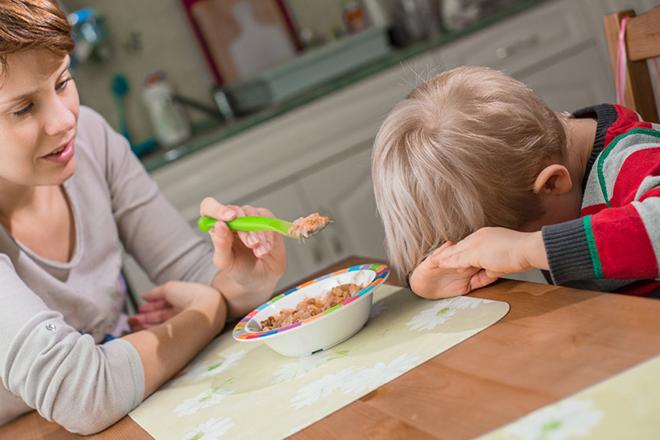 Trẻ bị ép ăn