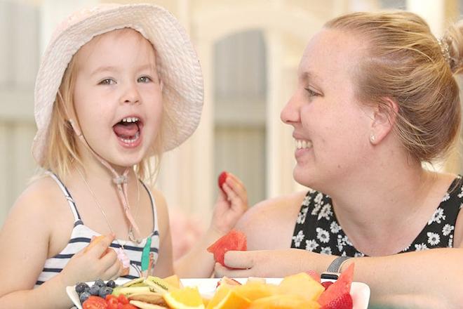 Cho trẻ ăn bữa phụ