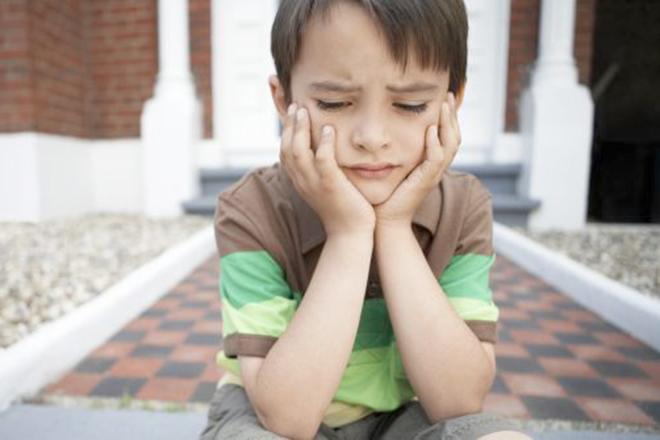 Trẻ ngồi suy nghĩ
