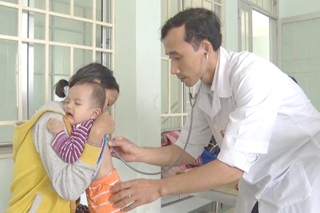 Bác sỹ khám cho trẻ