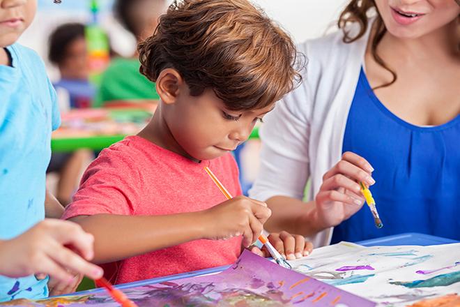 Trẻ biết nắm 3 ngón khi cầm bút hay cọ vẽ