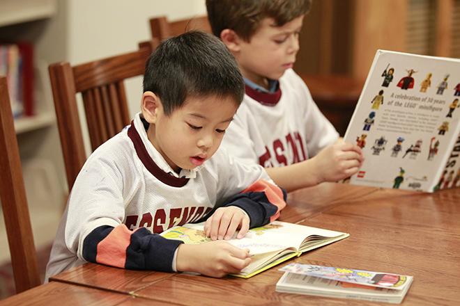 Trẻ xem sách