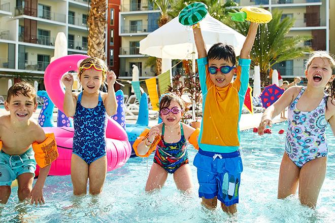 Trẻ vui chơi ở hồ bơi