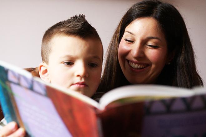 Mẹ đọc sách cho trẻ nghe