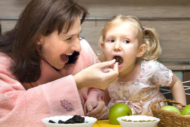 Mẹ nên cho con ăn các bữa phụ