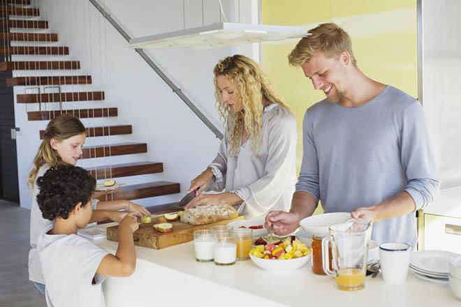 Mẹ chuẩn bị bữa sáng cho trẻ