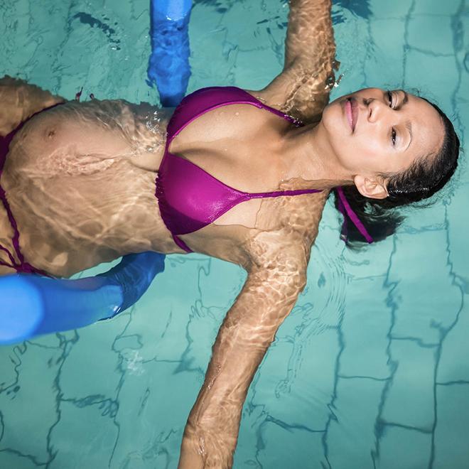Bà bầu bơi lội