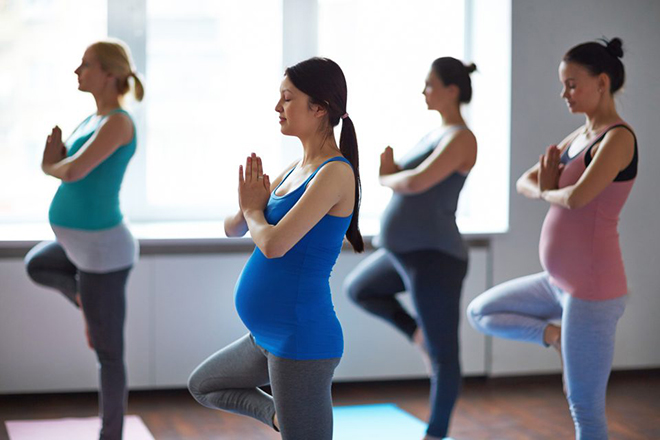 Các bà bầu tập yoga