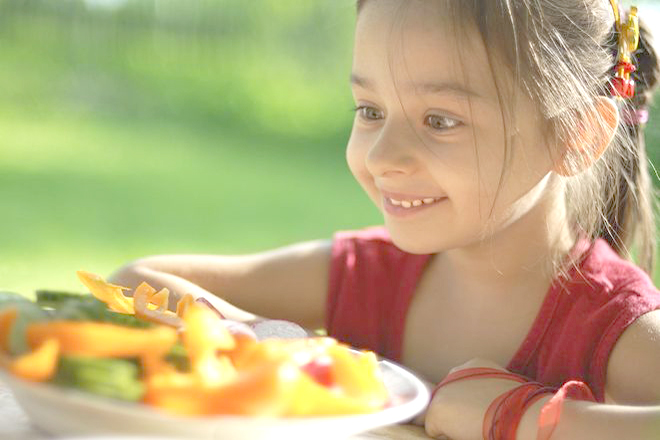 Trẻ ăn bữa phụ