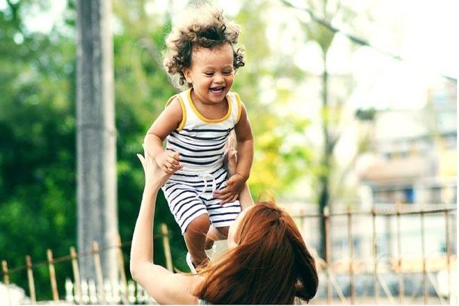 Trẻ mầm non hào hứng khi được giao tiếp