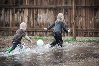 Một số trò chơi thú vị dành cho trẻ ngày mưa