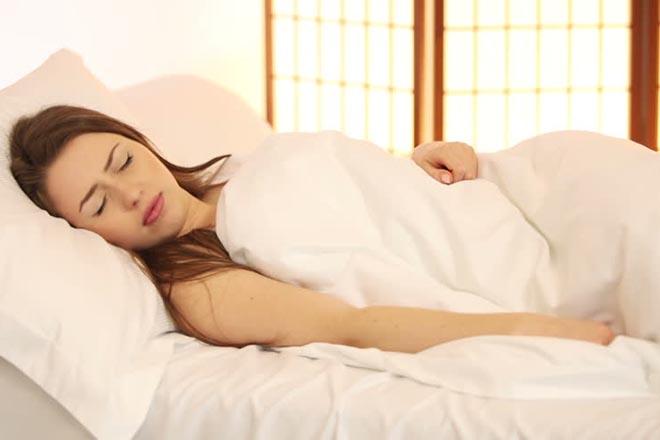Phụ nữ nằm nghỉ ngơi