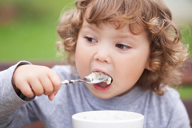 Bé 2 tuổi đang ăn