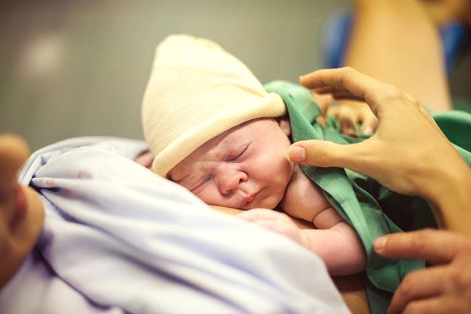 Em bé mới sinh