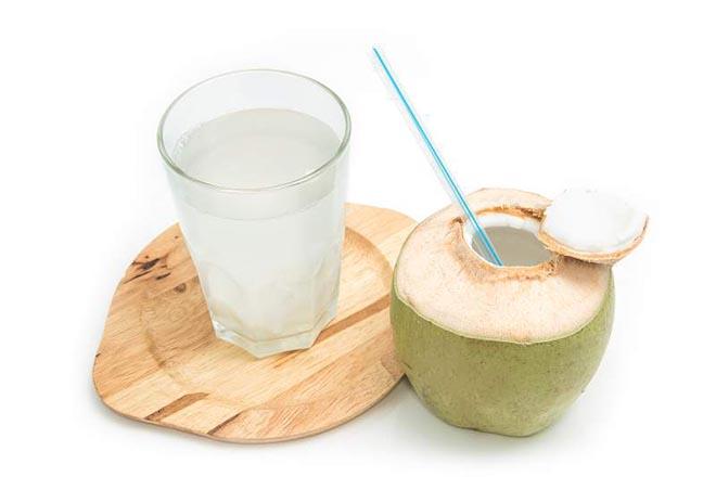 Bà bầu nên uống 1 ly nước dừa trước bữa ăn