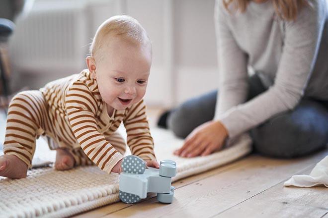 Trẻ 9 tháng tuổi ngồi vững