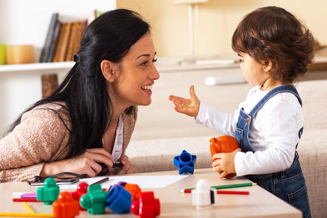 Mẹ chơi với bé