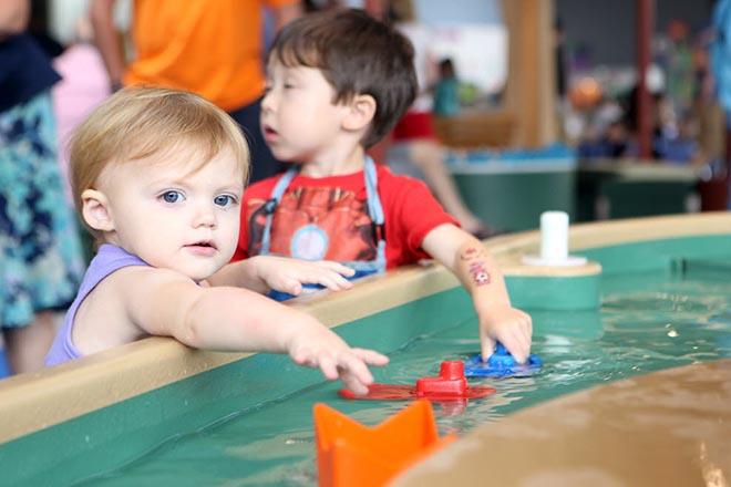 Trẻ chơi với nước