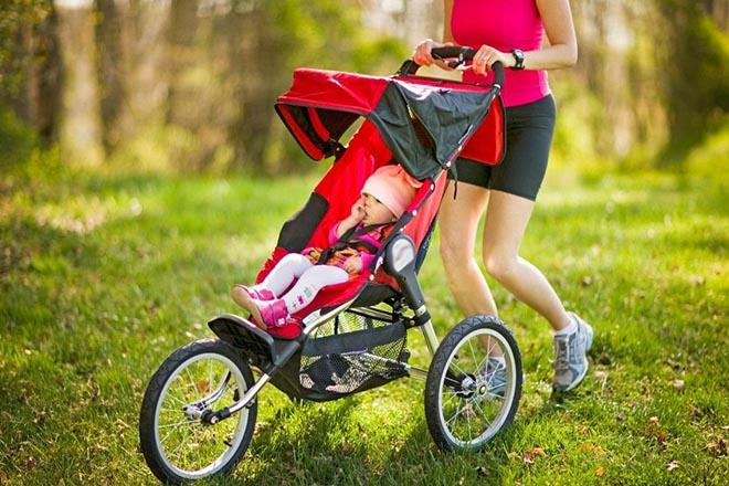 Mẹ cho trẻ đi dạo