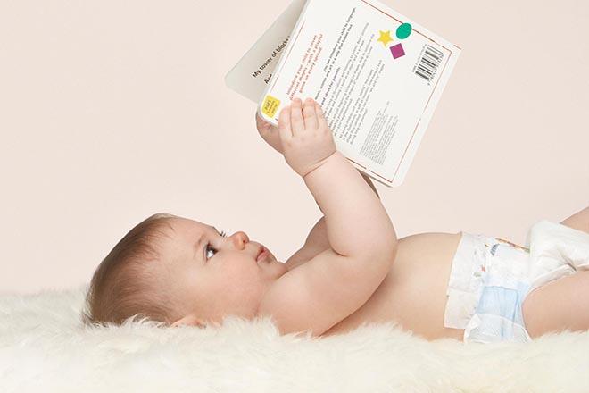 Trẻ cầm quyển sách