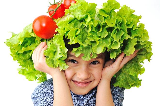 Trẻ đội rau diếp và cà chua