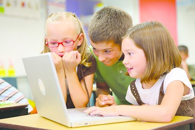 Trẻ dùng máy tính