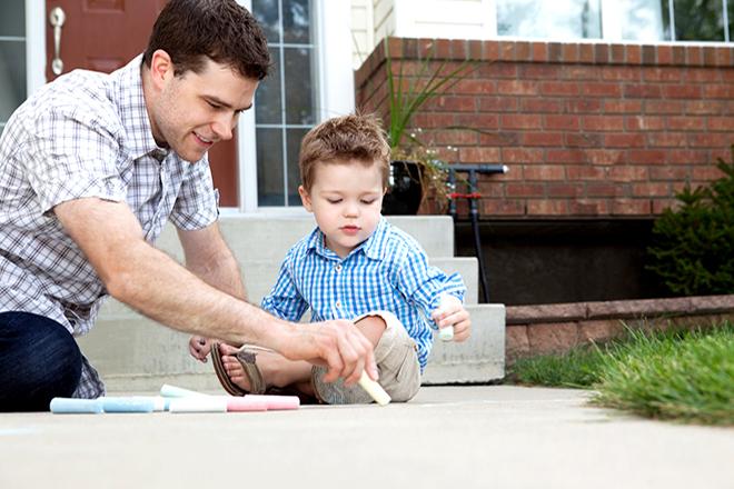 Trẻ chơi cùng bố