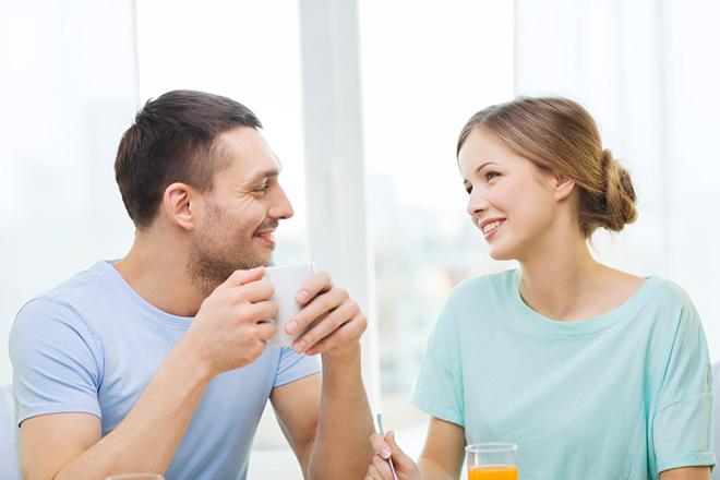 Vợ chồng thảo luận chuẩn bị gì trước khi mang thai.