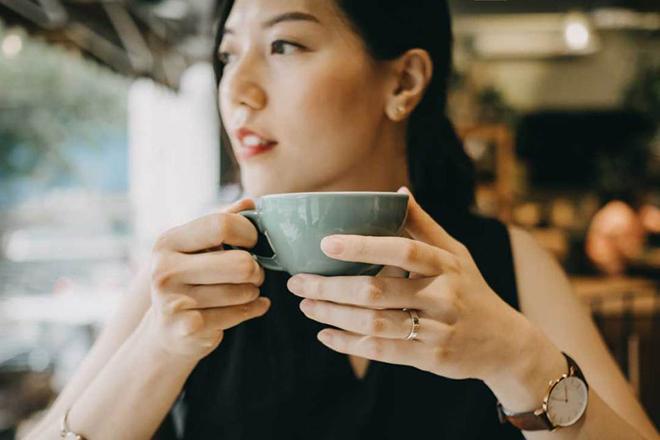 Phụ nữ uống cà phê