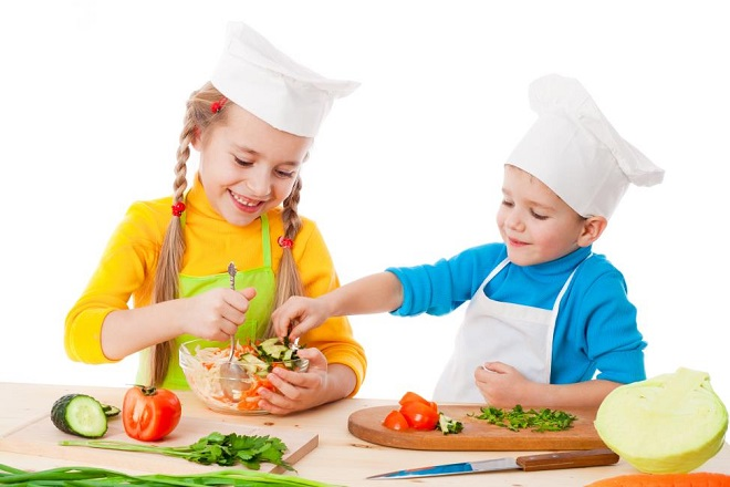 bé học nấu ăn