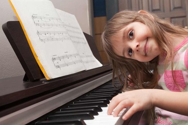 bé học nhạc cụ