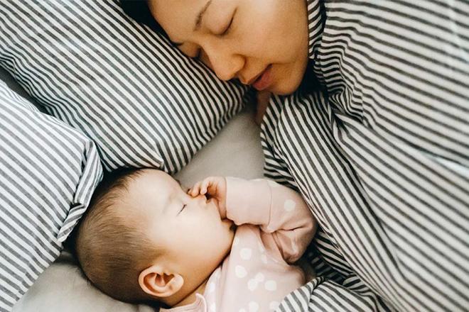 Mẹ ngủ khi em bé ngủ