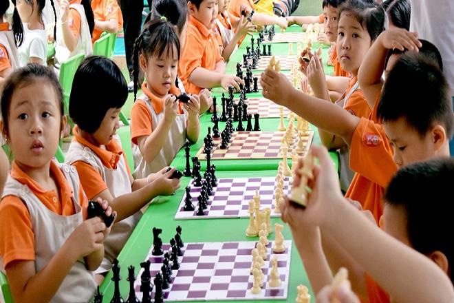 bé học cờ vua