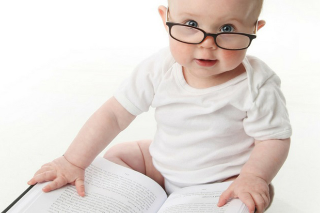 Bé 11 tháng tuổi yêu thích sách