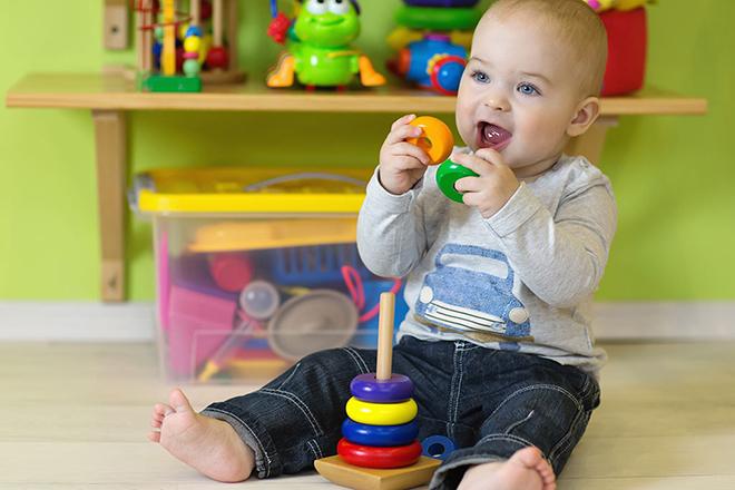 Trẻ 12 tháng chơi đồ chơi
