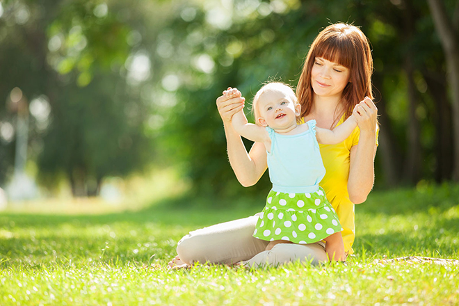 Mẹ và bé phơi nắng
