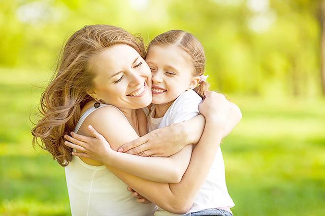 Mẹ ôm bé gái