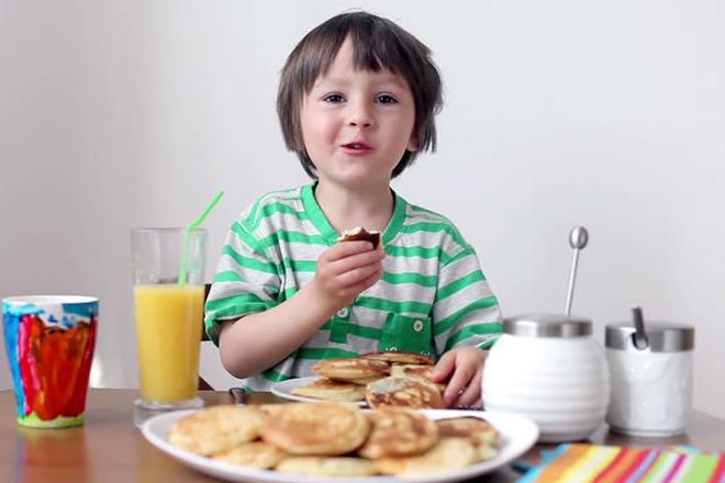 Bé ăn pancake