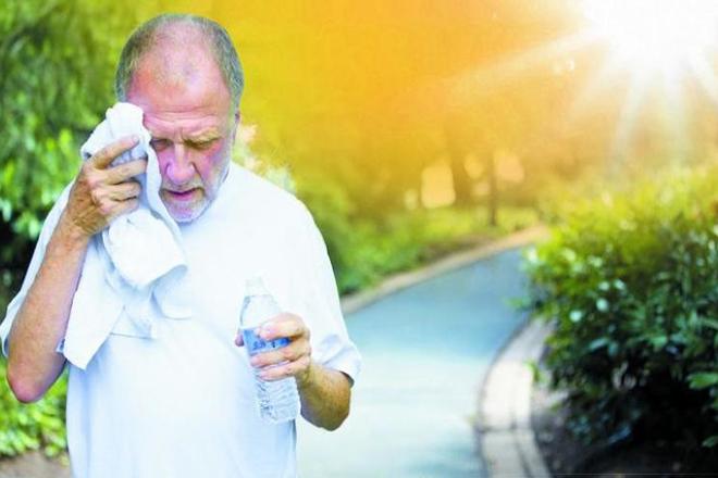 Người già dễ mắc bệnh tim mạch mùa hè