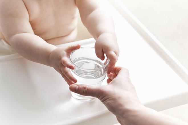Cho trẻ uống nhiều nước