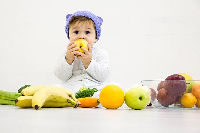 Cho trẻ ăn rau củ quả nhiều nước