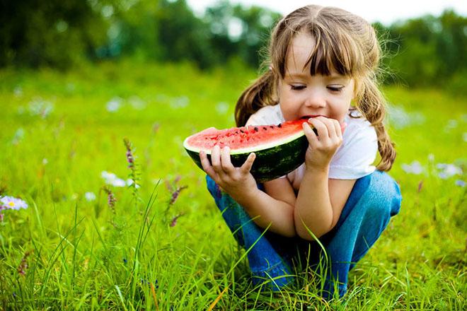 Trẻ ăn dưa hấu