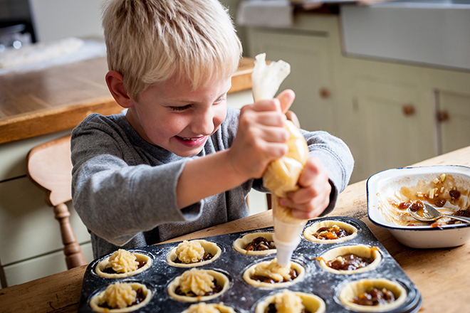 Trẻ học làm bánh