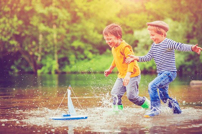 Trẻ vui chơi dưới nước