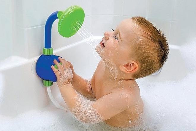 Trẻ tắm vòi sen