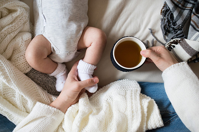 Mẹ sau sinh uống trà